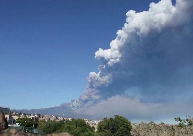 Na Sicílii se v předvečer Vánoc probudila Etna