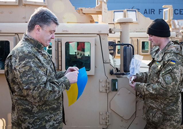 Ukrajinský prezident Petro Porošenko si prohlíží terénní vozy Humvee