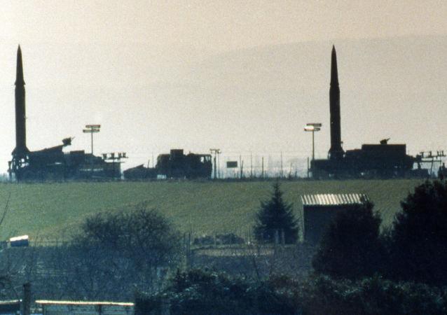 Americké střely středního doletu Pershing-2 na americké základně v Západním Německu (3. duben 1987).
