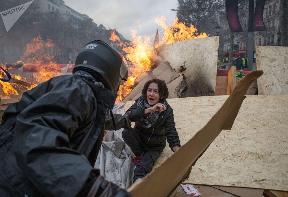 Akce žlutých vest. Protestující žádají, aby vláda nezvyšovala daň na palivo a ceny na benzín. Účastníci hnutí, kteří nejsou spokojeni se sociální politikou francouzské vlády.