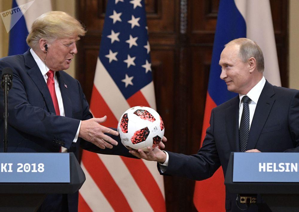Ruský prezident Vladimir Putin se setkal s americkým prezidentem Donaldem Trumpem v Helsinkách