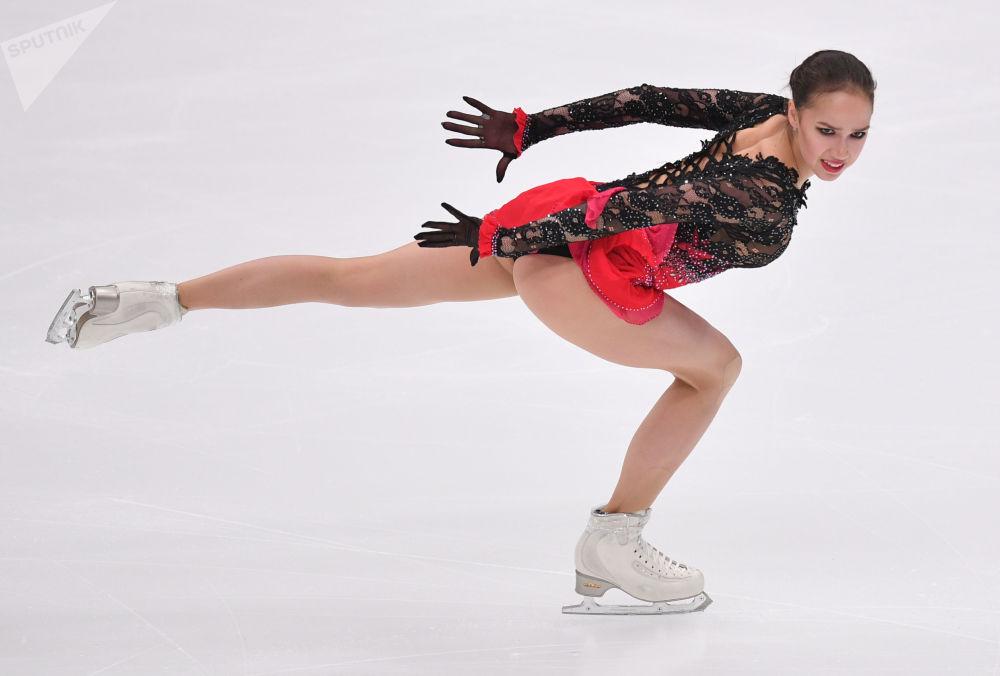 Alina Zagitovová vystupuje během volné jízdy páté etapy Grand Prix v krasobruslení v Moskvě