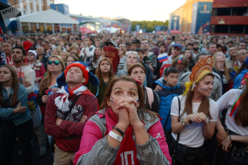Fanoušci sledují vysílání zápasu skupinové etapy mistrovství světa mezi národními družstvy Ruska a Egypta ve fanouškové zóně Petrohradu