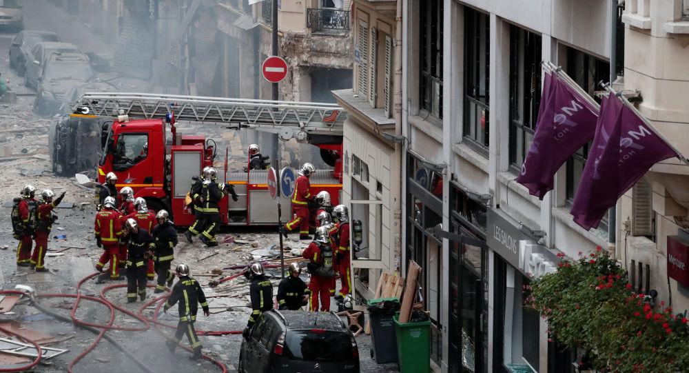 Hasiči pracují v místě výbuchu v Paříži