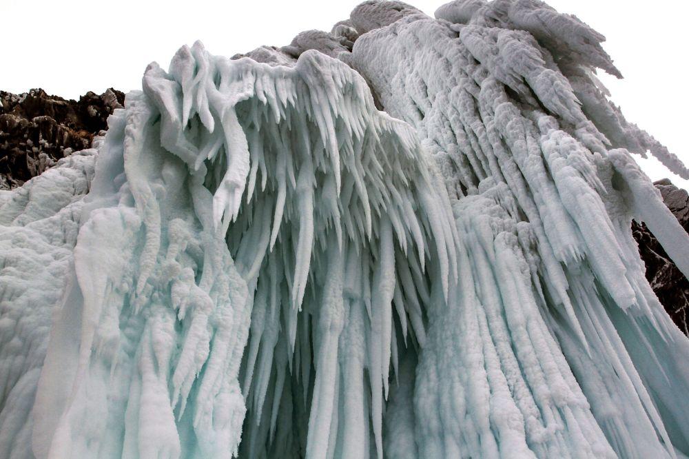 Kouzelné ledové rampouchy na útesech při pobřeží Bajkalu.