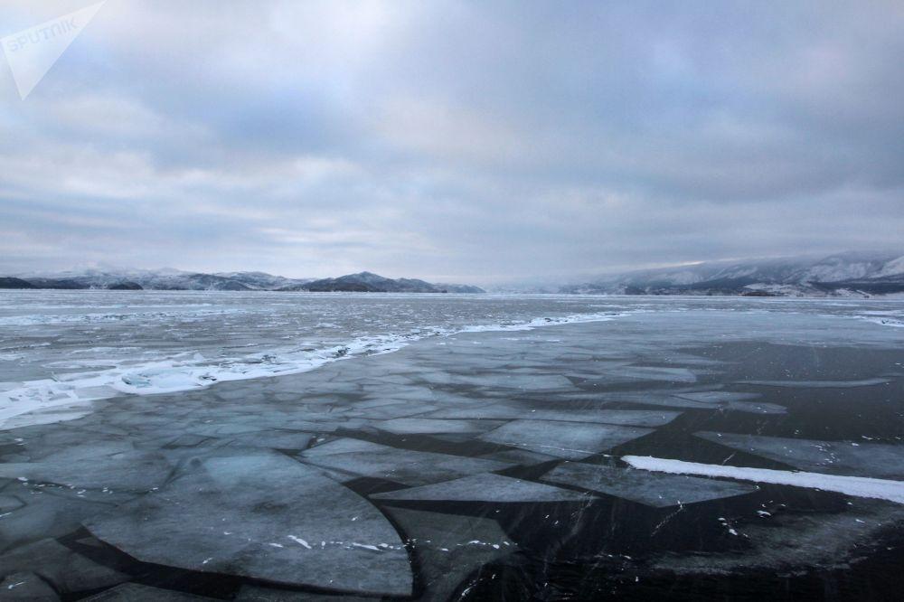 Okouzlující led na zamrzlém jezeře Bajkal.