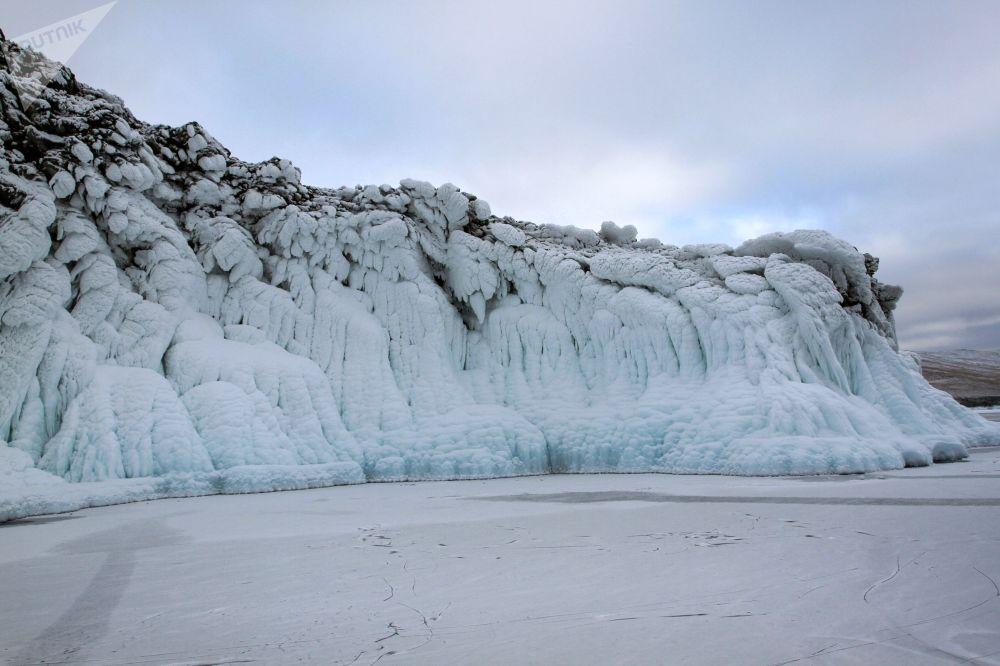 Malebné pobřežní útesy, které jsou skryty pod nánosy ledu.