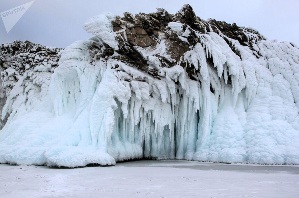 Nádherné ledové rampouchy, které zdobí pobřežní útesy Bajkalu.