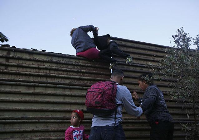 Migranti z Hondurasu. Americká hranice. San Diego, USA