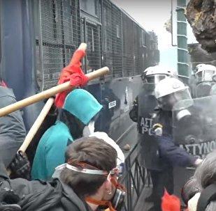 V Řecku se učitelé střetli s policií. Demonstrace v Athénách eskaluje