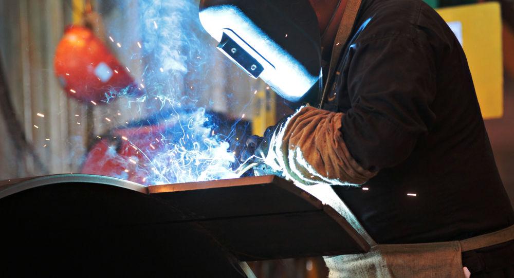 Dělník v Ižorském závodě na výrobu trubek