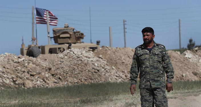 Americká vlajka na severu Sýrie