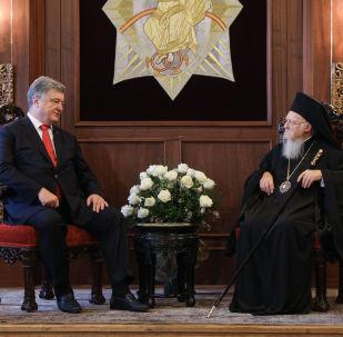 Ukrajinský prezident Petro Porošenko spolu s konstantinopolským patriarchou Bartolomějem I. v Istanbulu.
