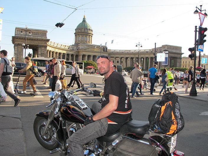 Tomáš Dvořák v Petrohradu před Kazaňskou katedrálou