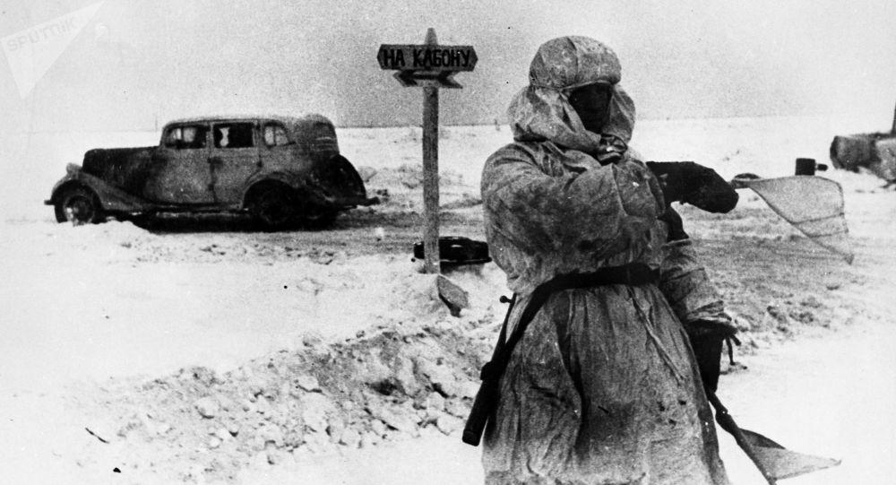 Člověk řídící dopravu na Cestě života v blokádním Leningradu