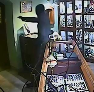 Objevilo se VIDEO přepadení klenotnictví v Karlových Varech