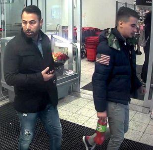 Fotografie dvou migrantů, po kterých pátrá policie ve Švédsku