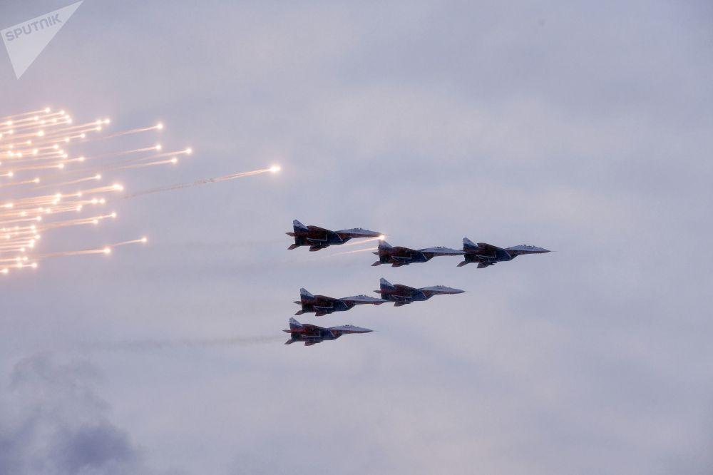 Vojenská přehlídka na počest 75. výročí prolomení blokády Leningradu