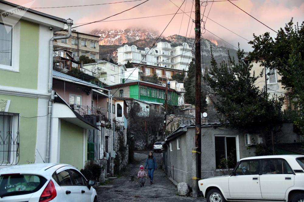 Na jedné z ulic v Alupce na Krymu