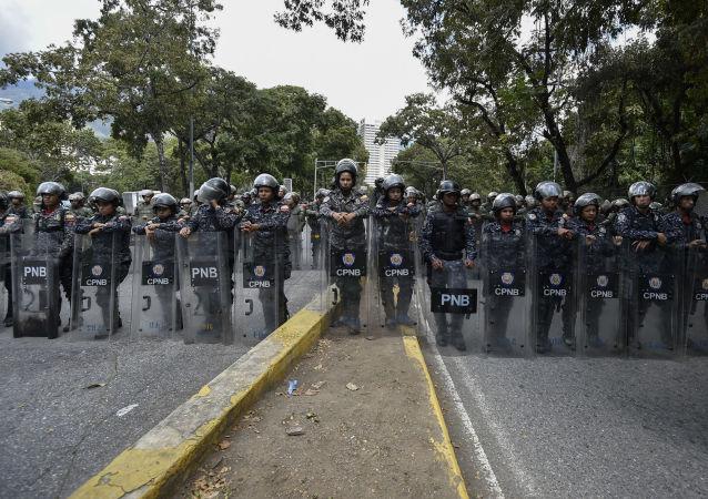 Venezuelská policie při protestu v Caracasu