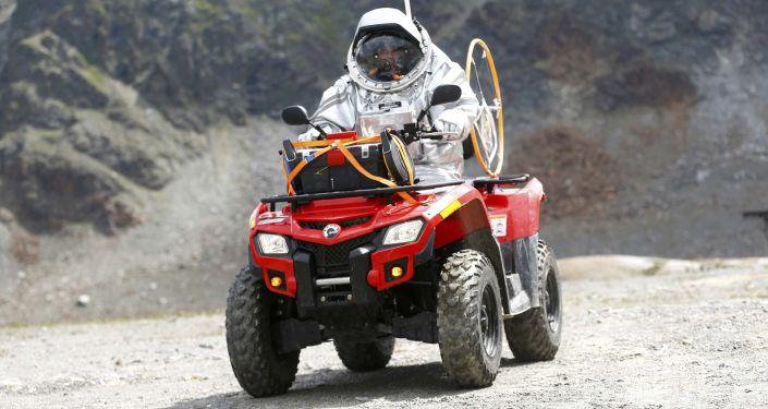 Účastník imitace mise na Mars jede na motokáře v Rakousku