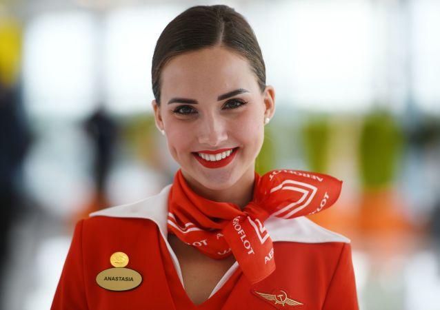 Letuška Aeroflotu Anastasia Bělousova v terminálu letiště Šeremetěvo