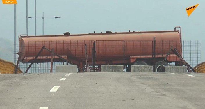 Ve Venezuele zatarasili most, kam měly dorazit kamiony s americkou humanitární pomocí