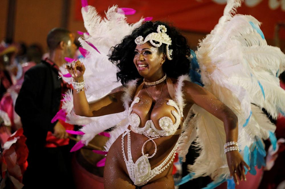Účastníce slavnostní přehlídky na karnevalu v Montevideo, Uruguay