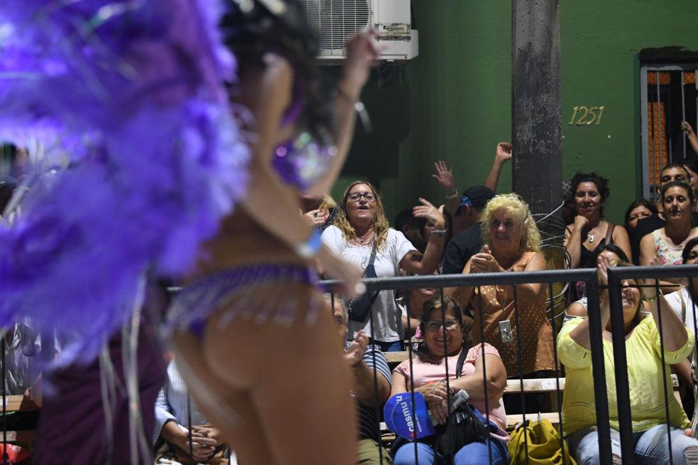 Diváci  na karnevalu v Montevideo, Uruguay