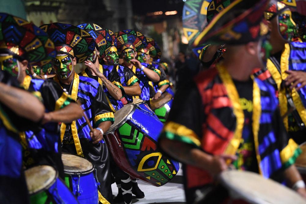 Účastníci slavnostní přehlídky na karnevalu v Montevideo, Uruguay
