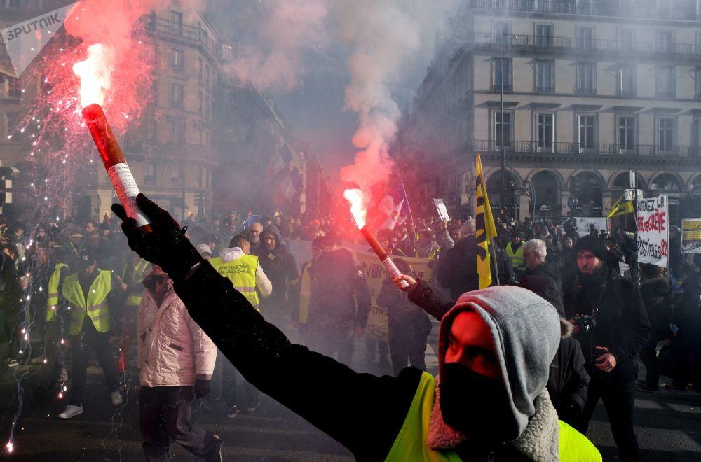 Účastníci protestních akcí v ulicích Paříže ve Francii.