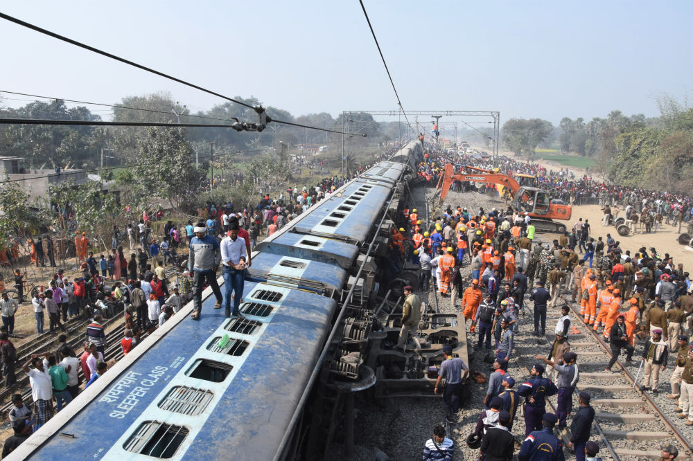 Probíhající záchranná akce na místě, kde vykolejil vlak. Incident se stal poblíž města Hadžipur v Indii.