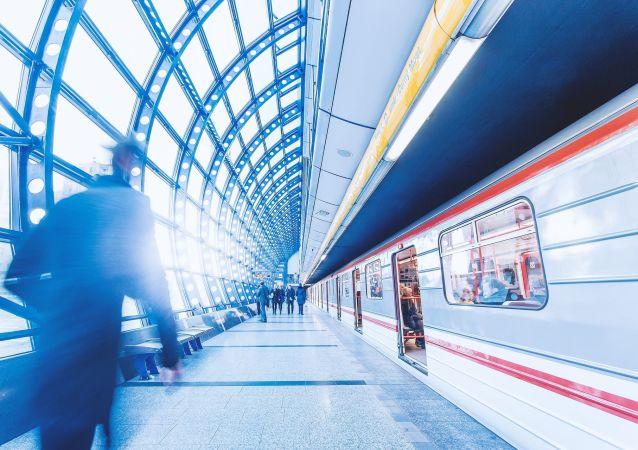 Sebevražda na kolejích. Pod soupravu metra spadli lidé. Nejedоu dvě linky