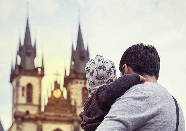 Otec s dítětem na Staroměstském náměstí v Praze