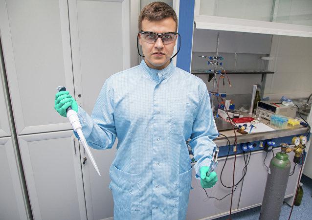 Vědec z laboratoře nano optiky a plazmoniky MFTI (Moskevská vysoká škola fyzikálně-technická) a kandidát fyzikálně-matematických věd Jurij Stěbunov