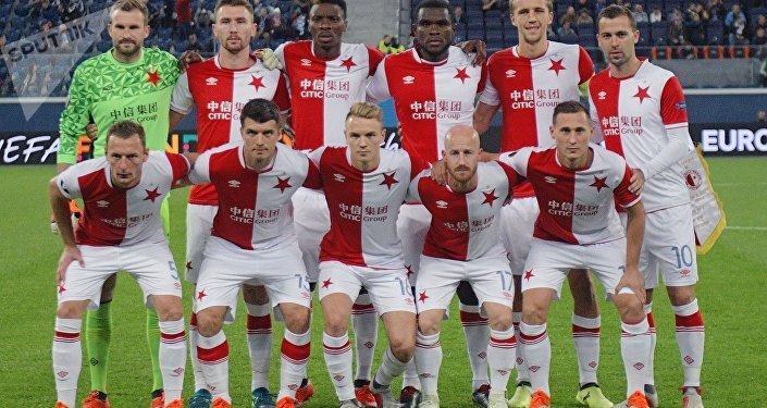 Hráči SK Slavia Praha před zápasem se Zenitem Petrohrad