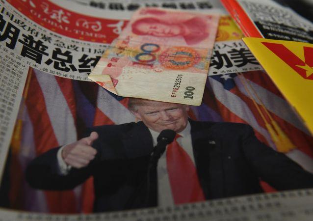 Čínské noviny s fotografií prezidenta USA Donalda Trumpa a jüan