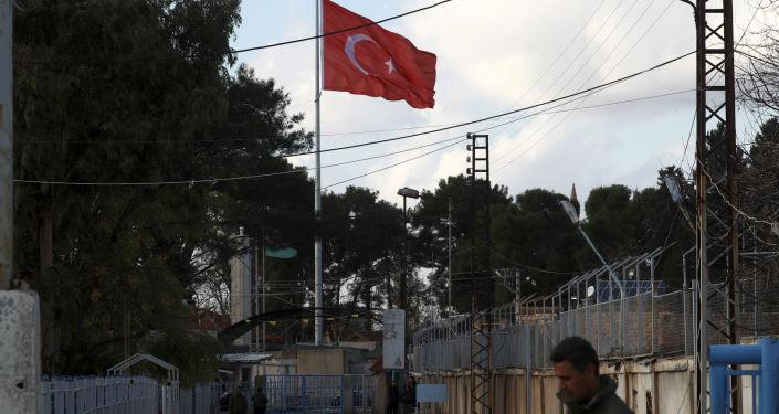 Turecká vlajka na turecko-syrské hranice