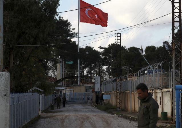 Turecká vlajka na turecko-syrské hranici