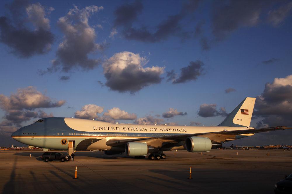 Air Force One - volací jméno letadla, ve kterém se nachází americký prezident