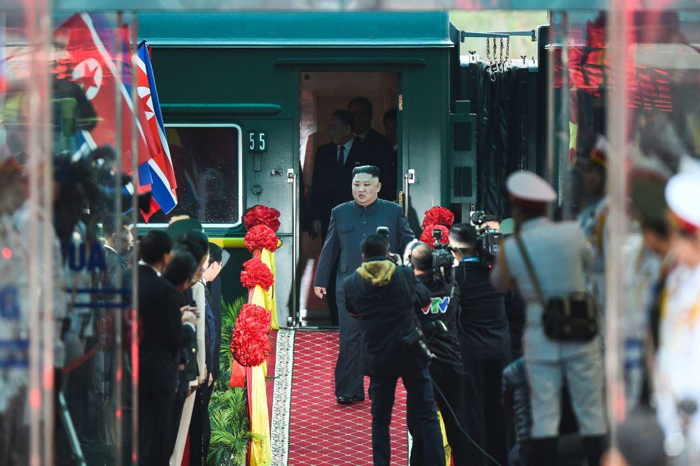 Vůdce KLDR Kim Čong-un na vlakovém nádraží po příjezdu do Vietnamu