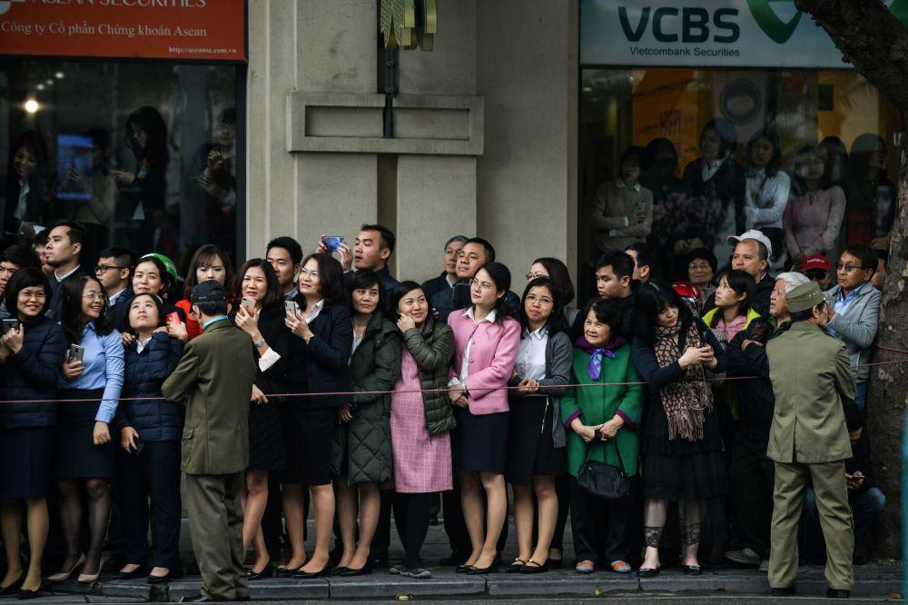 Obyvatelé v očekávání vůdce KLDR Kim Čong-una v Hanoji