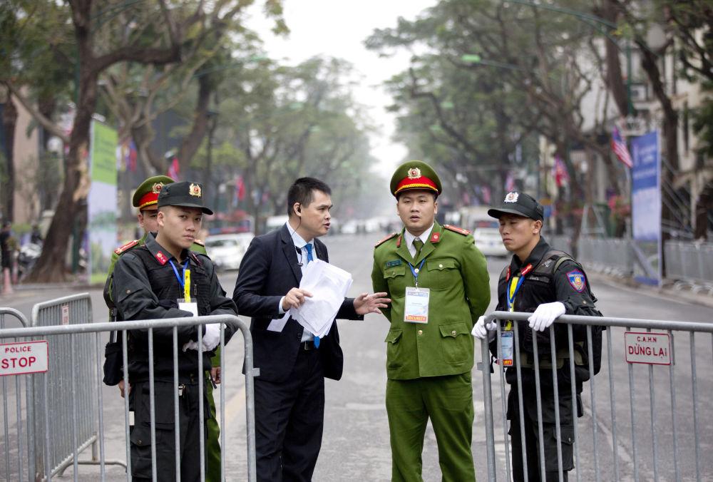 Ochranka v blízkosti hotelu Melia Hotel v Hanoji, kde se pravděpodobně ubytuje vůdce KLDR Kim Čong-un
