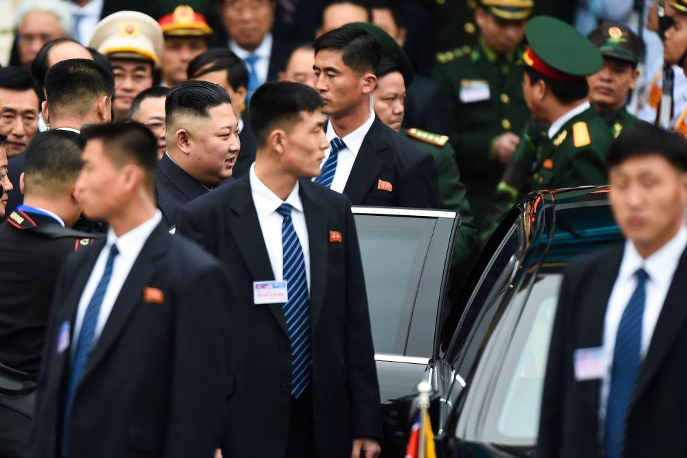 Vůdce KLDR Kim Čong-un obklopený ochrankou, zatímco opouští železniční stanici Dong Dang ve Vietnamu