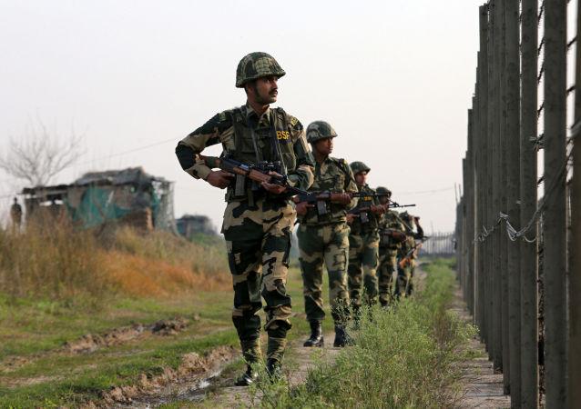 Indičtí pohraničníci na hranici s Pákistánem
