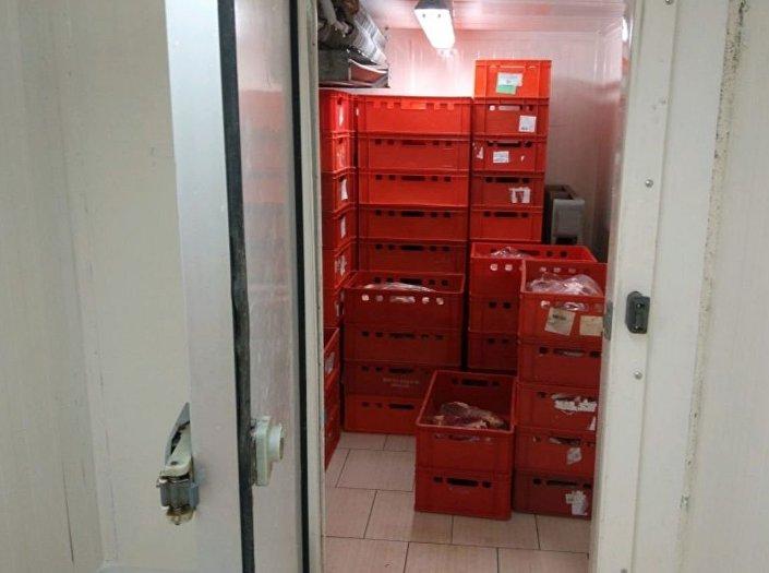 Inspektoři Státní veterinární správy (SVS) objevili provozování nelegální bourárny hovězího masa na pražském Bohdalci.