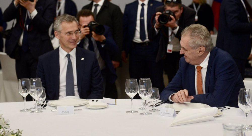 Miloš Zeman a generální tajemník NATO Jens Stoltenberg na summitu B9, 2019.