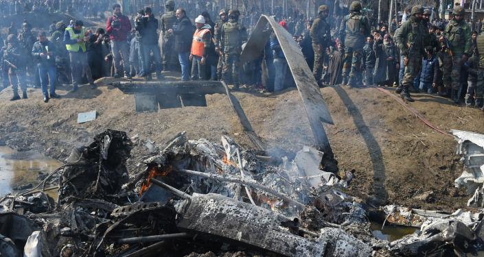 Indičtí vojáci u letadla Letectva Indie v okresu Budgam, které sestřelili pákistánští vojáci