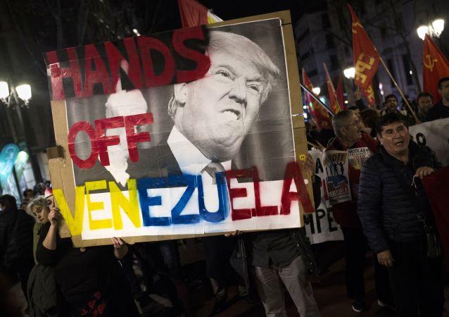 Účastníci shromáždění na podporu legitimního prezidenta Venezuely Nicolasa Maduro v Madridu