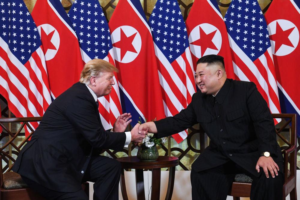 Severokorejský vůdce Kim Čong-un a americký prezident Donald Trump během druhého summitu USA-KLDR v Hanoji, Vietnam